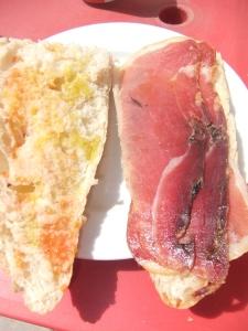 Bocadiilo de jamón salado con pan con tomate